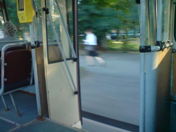 Trečiadienio vakarą Vilniuje važinėjo troleibusas atviromis durimis.