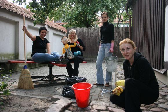 Klaipėdos lėlių teatro lėlininkės šią savaitę gražino aplinką.