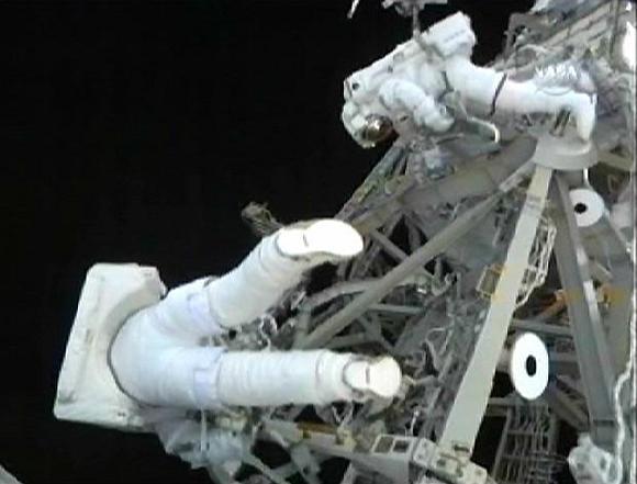 Christeris Fuglesangas ir Danny Olivasas dirba atvirame kosmose