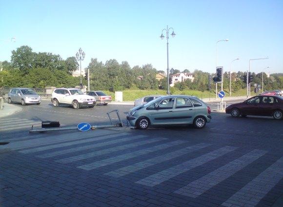 Vyras bandė iš Gedimino prospekto pasukti į kairę, tačiau rėžėsi į šviesoforą.