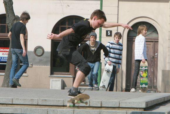 Kol esktremalaus sporto parkas nebuvo sutvarkytas, jaunuoliai pramogauti rinkosi Lietuvininkų aikštėje.