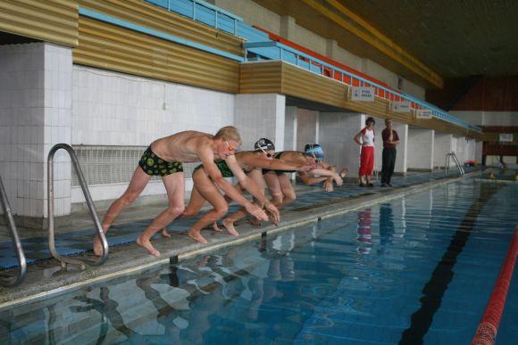 Lazdynų baseinas jau atidarytas, tačiau lankytojų kol kas nedaug. Čia besitreniruojantys jaunieji plaukikai priversti iš savo kišenės mokėti už baseino nuomą, nes savivaldybė nuomos kainą kompensuos tik nuo spalio.