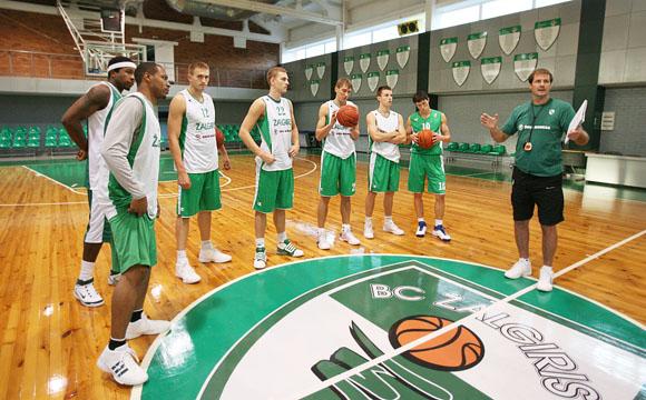 Praėjusią savaitę iš fizinio parengimo stovyklos pajūryje grįžę krepšininkai du kartus per dieną lieja prakaitą salėje – treneriai stengiasi kuo greičiau iš 12 žaidėjų sulipdyti vieningą it kumštis komandą.