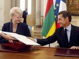 """AFP/""""Scanpix"""" nuotr./D.Grybauskaitės ir N.Sarkozy susitikimo metu Lietuvos trispalvė buvo pakabinta netinkamai."""