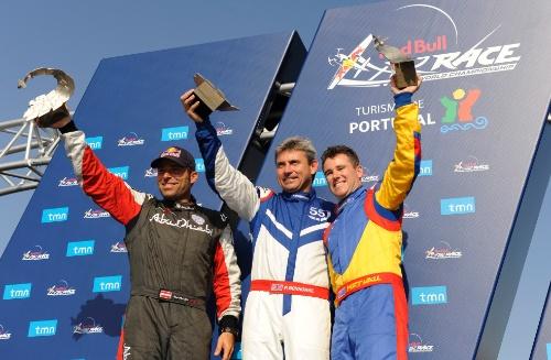 """Britas Paulas Bonhomme sekmadienį stebint rekordinei 720 tūkst. žiūrovų miniai laimėjo """"Red Bull Air Race"""" oro lenktynių trilerį Porto mieste."""