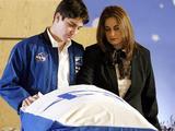 """""""Reuters""""/""""Scanpix"""" nuotr./Assafas Ramonas ir jo motina Rona Ramon prie tėvo ir vyro karsto (2003 m.)"""