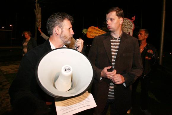 P.Balčaitis (kairėje) tikino, jog jo atstovaujami troleibusų vairuotojai jį yra įpareigoję nesutikti su didesniu nei 4 proc. atlyginimų mažinimu.
