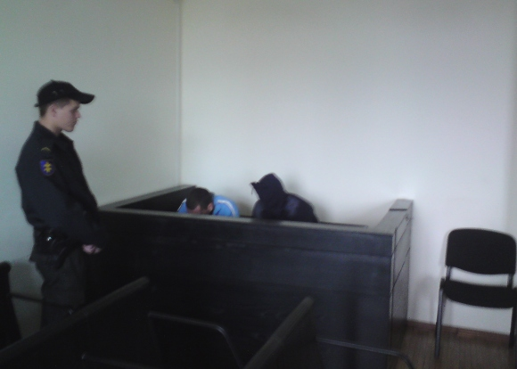 Andrejus (dešinėje) bei jį gelbėti bandantis brolis Vitalijus teisme slėpė veidus.