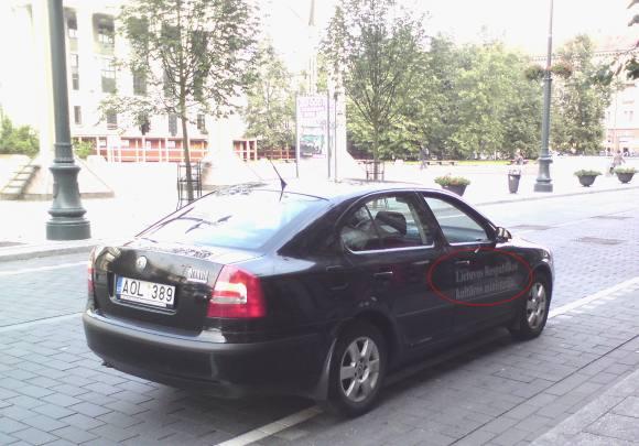 Kultūringas pažeidėjas su Kultūros ministerijos automobiliu.