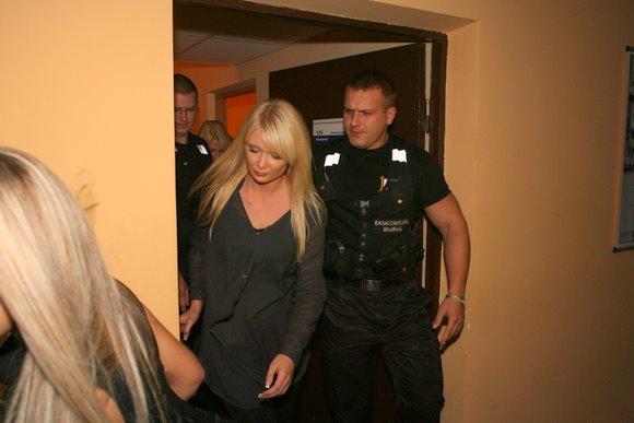 Iš laidos filmavimo Natalija Zvonkė bėgo lydima asmens sargybinių.