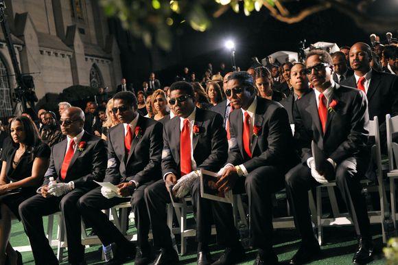Jacksono sesuo ir broliai popkaraliaus laidotuvėse.