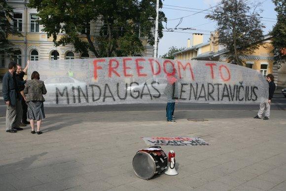 Prie Jungtinės Karalystės ambasados Vilniuje piketuoja Londone teisiamą lietuvį palaikantys tautiečiai.