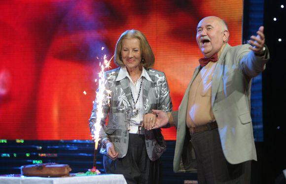 """Muzikinio humoro šou """"Nr.1"""" laidos filmavimo metu pasveikintas  67-ojo gimtadienio sulaukęs maestro Donatas Katkus."""