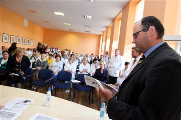 Siekdamas nuraminti susirūpinusius darbuotojus, RKKL vadovas K.Mazurkevičius (dešinėje) į ligoninę pakvietė miesto politikus.