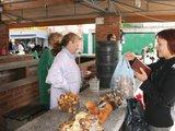 G.Kubiliūtės nuotr./Uostamiesčio turgavietėse grybų siūlantys pardavėjai norėtų sulaukti daugiau pirkėjų.