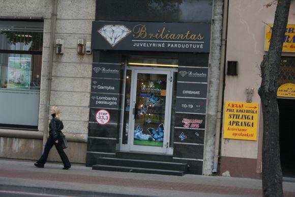 Plėšikams nepavyko apvogti juvelyrinių dirbinių parduotuvės.