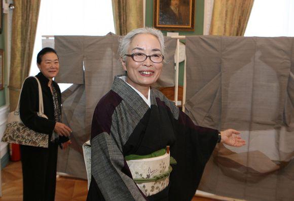 Meistrės iš Japonijos lietuviams pristato tradicinio meno kūrinius.