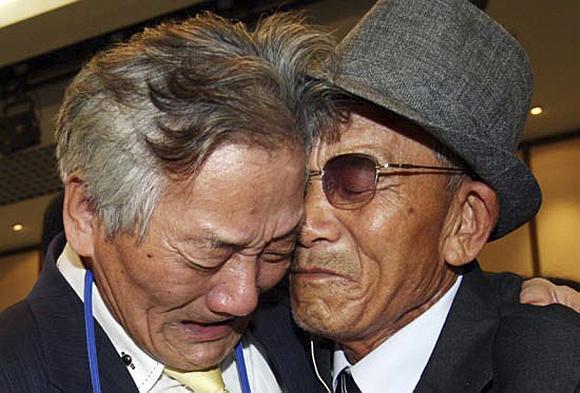 Jaudinantis pusę amžiaus nesimačiusių brolių susitikimas.