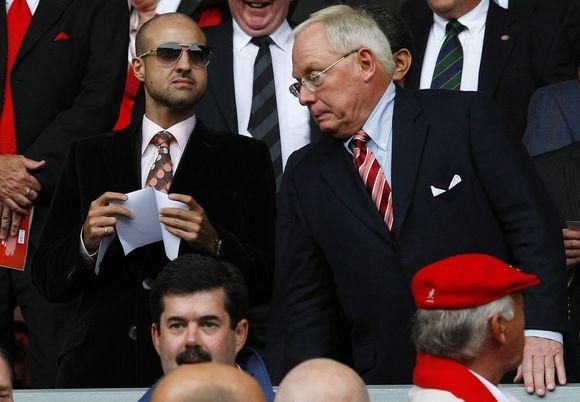 """Savaitgalį vykusiose """"Premier"""" lygos rungtynėse vienas iš """"Liverpool"""" savininkų G.Gillettas (dešinėje) buvo užfiksuotas bendraujantis su komandą įsigyti norinčiu Saudo Arabijos princu F. bin Abdullahu"""