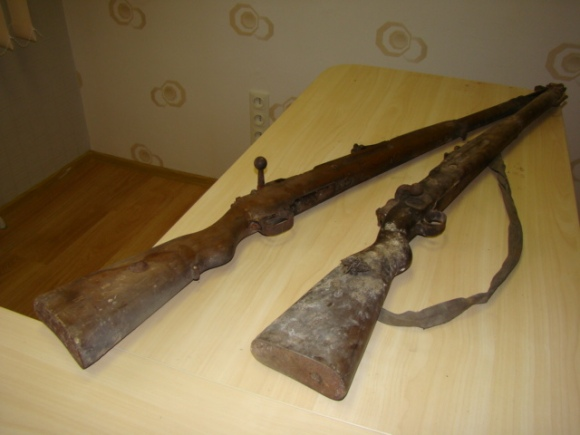 Statybininkai rado šiuos šautuvus.