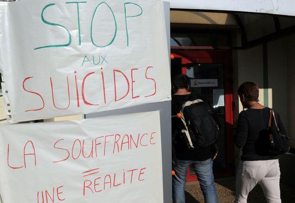 Bendrovės darbuotojai išreiškią protestą dėl įmonės veiklos, kuri priveda prie savižudybių.