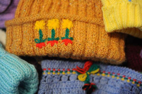 Lietuvoje numegztos kepurės - Afganistano vaikams