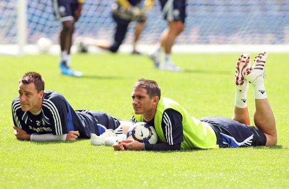 J.Terry (kairėje) ir F.Lampardo dvikovą kamuolį į vartus mušant nuo kampinio gairelės kiek netikėtai laimėjo gynėjo pozicijoje rungtyniaujantis J.Terry