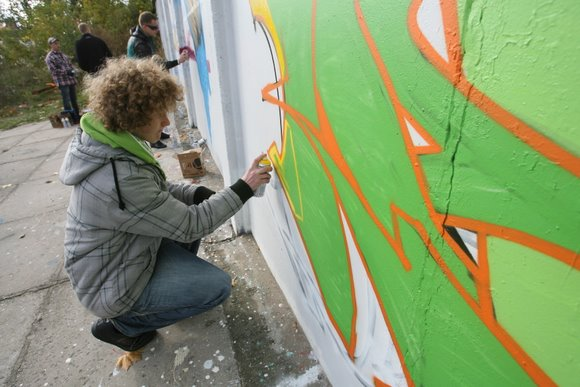 Jaunuoliai piešė ant iki šiol didžiausios Lietuvoje sienos