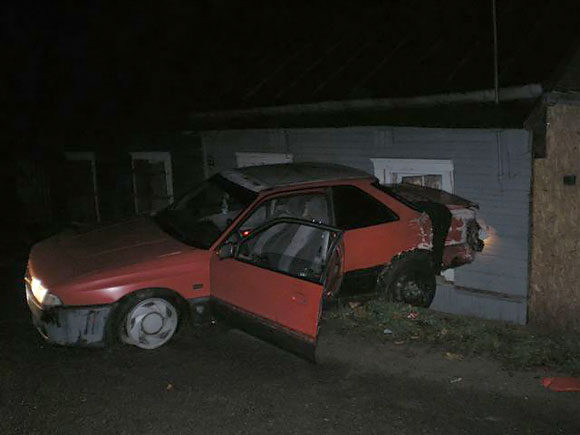 Ukmergėje namą taranavęs automobilis
