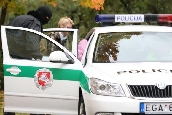 N.Venckienė su mergaite buvo įsodintos į policijos automobilį