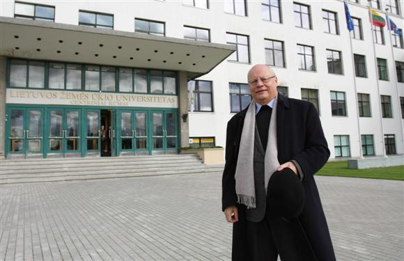LŽŪU rektorius R.Deltuvas neslėpė, jog paskelbti dviejų savaičių nemokamas atostogas jį privertė siekis, kad universitetas išgyventų iki metų pabaigos