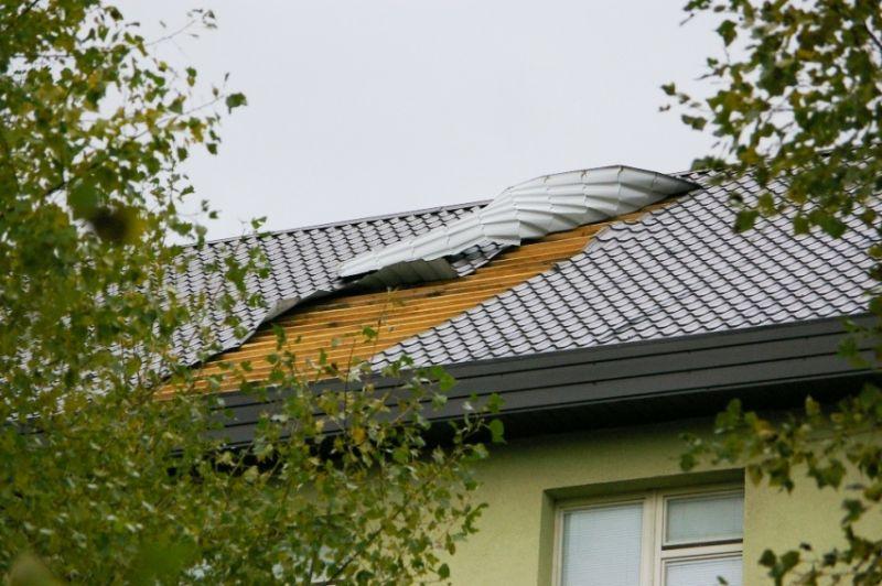 Nuo kareivinių stogo nuplėšta 40 kv. m stogo.