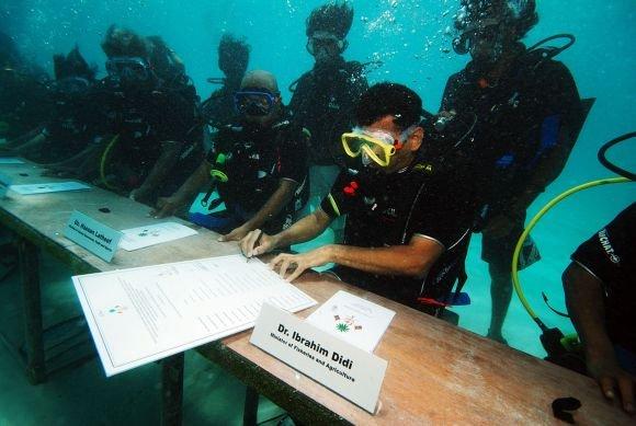 AFP/Scanpix nuotr./Maldyvų prezidento ir ministrų kabineto susitikimas po vandeniu