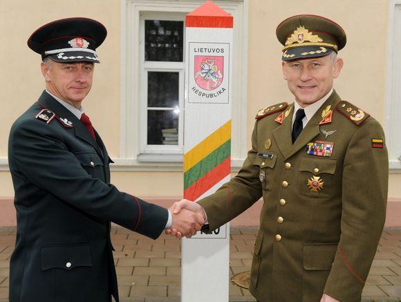 Lietuvos kariuomenės vadas A.Pocius (dešinėje) ir Valstybės sienos apsaugos tarnybos vadas S.Stripeika