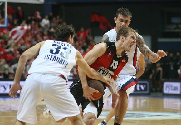 """Vilniaus """"Lietuvos rytas"""" žaidžia pirmąsias naujojo Eurolygos sezono rungtynes namie su Stambulo """"Efes Pilsen"""" krepšininkais."""
