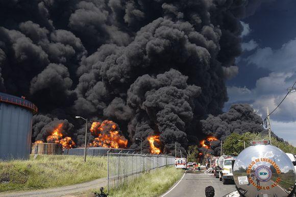 Po sprogimo naftos perdirbimo fabrike Puerto Riko ugniagesiai antrą dieną kovoja su gunimi.