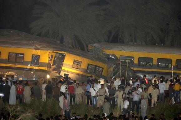 Nelaimė įvyko Gizoje, už 50 kilometrų į Pietus nuo Kairo, kai vienas traukinys staiga sustojo, o kitas rėžėsi į jo galą.