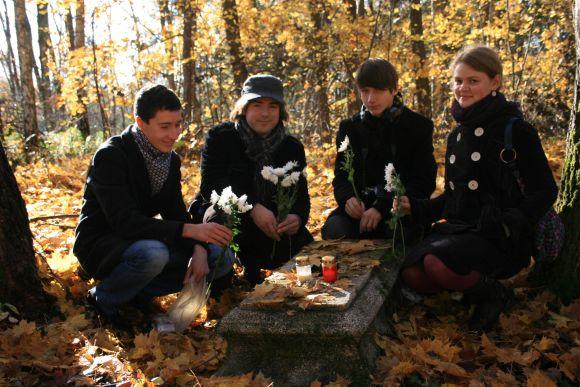 Jaunimo organizacijai priklausantys vaikinai ir merginos vakar uždegė žvakutes senosiose Kalotės kapinaitėse. Savo rankomis jie jas sutvarkė dar vasarą.