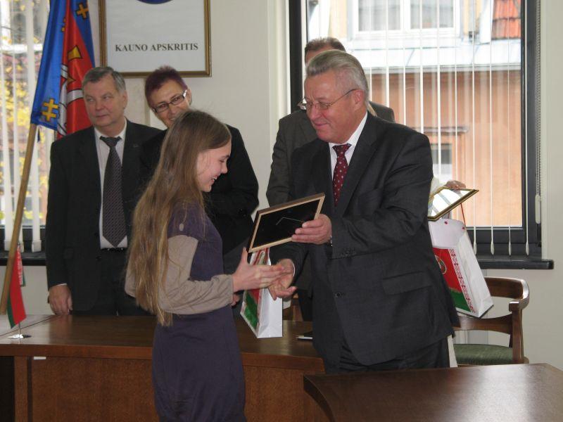 Baltarusijos ambasadorius Lietuvoje asmeniškai pasveikino jaunuosius dailininkus