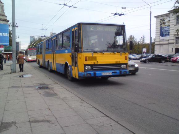 Miesto maršrutinis autobusas veža keleivius be artimųjų šviesų.