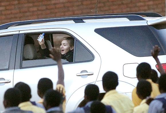Madonna atsisveikina su vaikų globos centro auklėtiniais.