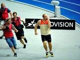 """""""Scanpix"""" nuotr./Robertas Hartingas bėga 100 metrų – arba švenčia pergalę..."""