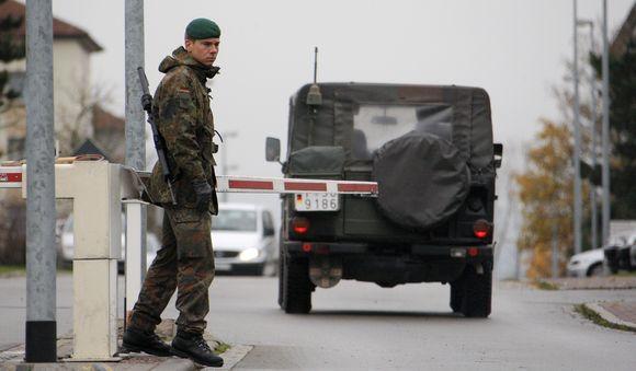 Vokietijoje automobilis rėžėsi į karių būrį