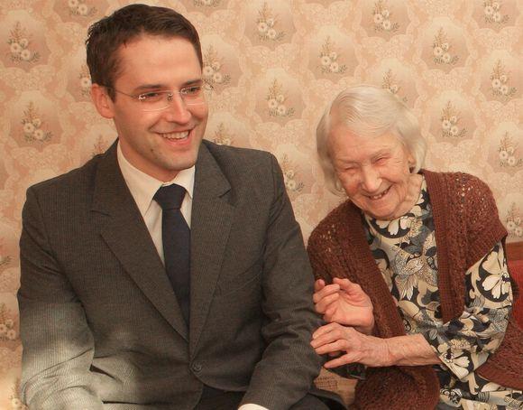 Rolandas Vilkončius su senole Nina