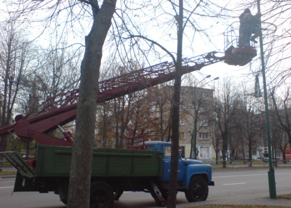 Trečiadienio rytą Klaipėdoje jau puošti miesto šviestuvai kalėdinėmis dekoracijomis.