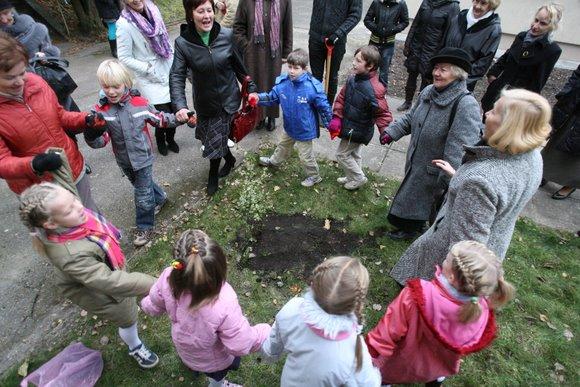 """Vaikų globos namų auklėtiniai klausėsi paskaitos apie atsakingą kasdienių prekių vartojimą, ekologiją bei bendravo su projekto """"Lietuvos perlai"""" dalyvėmis."""