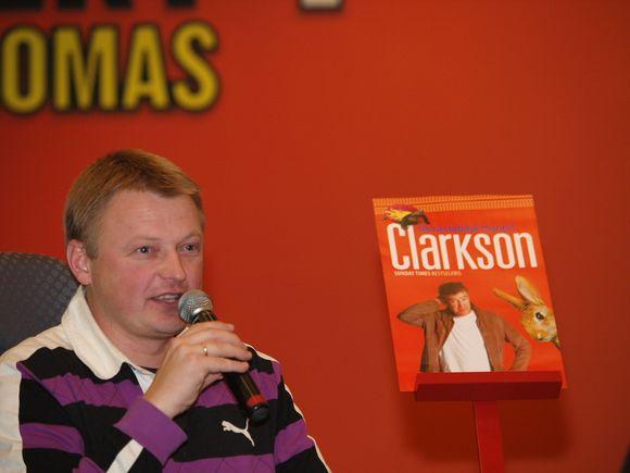 """Penktadienio vakarą prekybos centre """"Panorama"""" buvo pristatyta Jeremy Clarksono knyga """"Tik nestabdyk manęs!""""."""