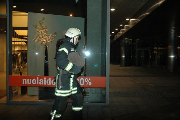 Ugniagesiai po gaisro tvarko savo įrangą