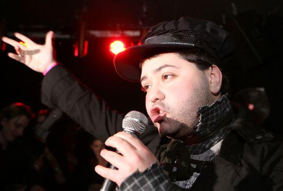 Akimirkos is operos solistų pasirodymo naktiniame klube.