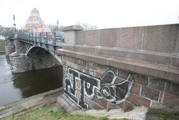 Pastaruoju metu grafitai vis dažniau atsiranda ant akmeninių sienų, nuo kurių dažus galima nutrinti tik specialiomis brangiomis priemonėmis.
